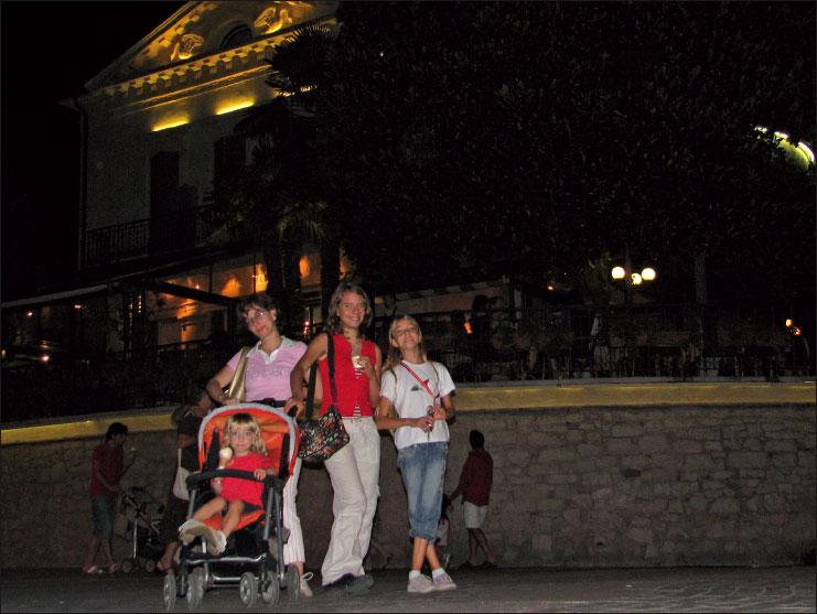 Figura 9: la fotografia notturna con ritratto permette di cogliere sia il soggetto in primo piano sia lo sfondo. Il tempo di scatto sarà necessariamente lungo con un conseguente rischio di mosso