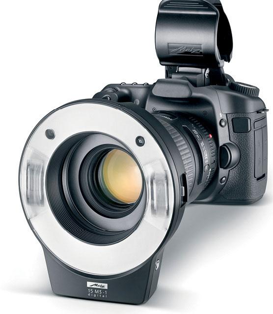 """Figura 8: il flash anulare, nella foto il modello """"15 MS-1 Digital"""" prodotto da Metz (metz.de), viene montato sull'obiettivo e garantisce un'illuminazione uniforme del soggetto anche operando a distanze molto ridotte"""
